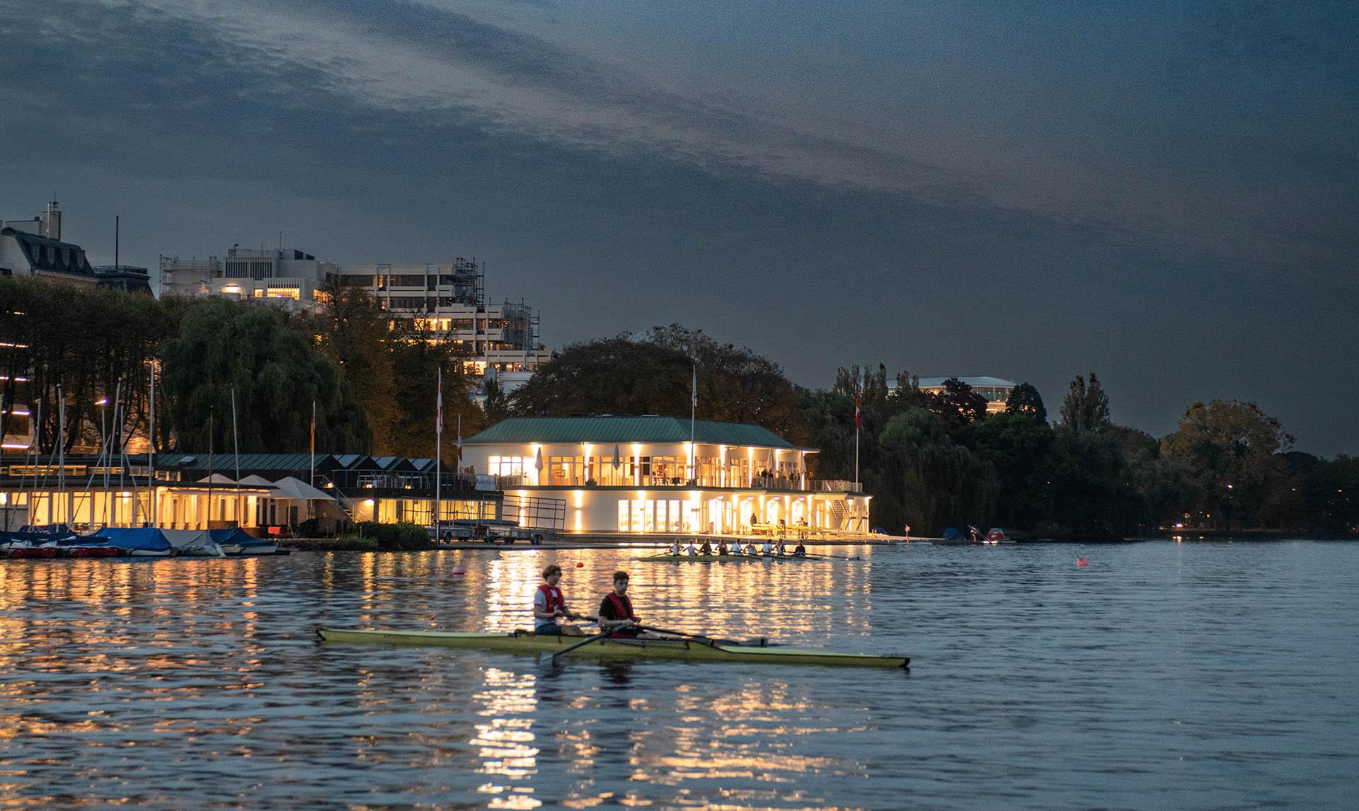 Bootshaus in der Abenddämmerung