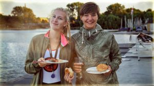 Natalia und Julia beim Grillen auf dem Bootssteg